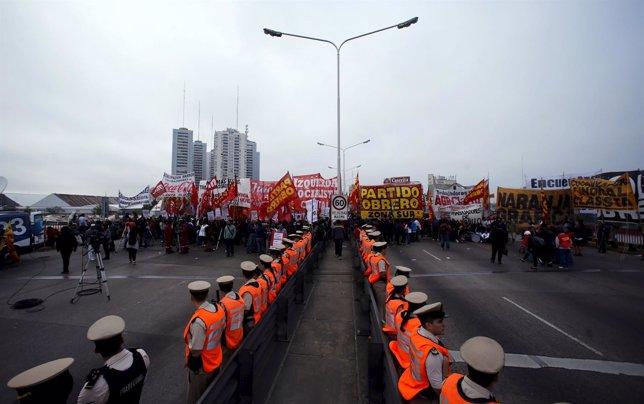 Huelga Argentina del 31 de marzo. Guardia Costera en el puente Buenos Aires