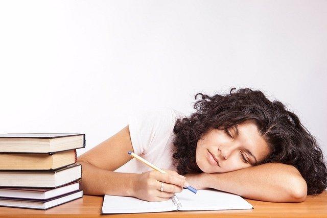Chica estudiando, estudio, memoria, aprendizaje, libros