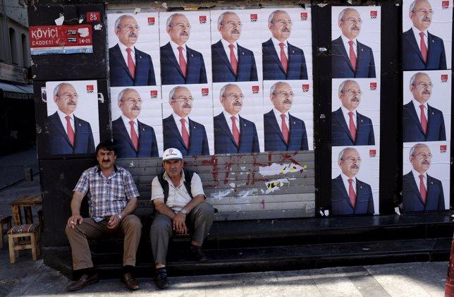 Carteles electorales del principal partido oposito