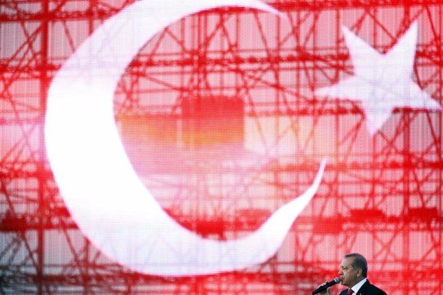 El presidente Recep Tayyip Erdogan frente a la bandera de Turquía
