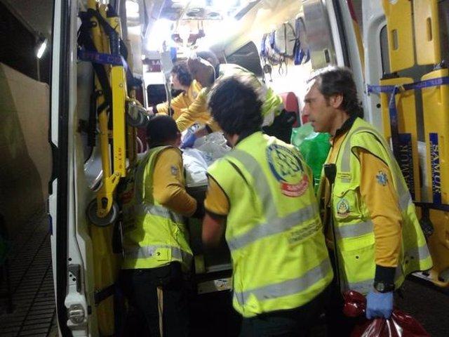 Atención de los servicios de emergencias al joven apuñalado