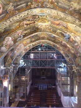 Vista de las bóvedas con el andamio actual al fondo, ya restauradas