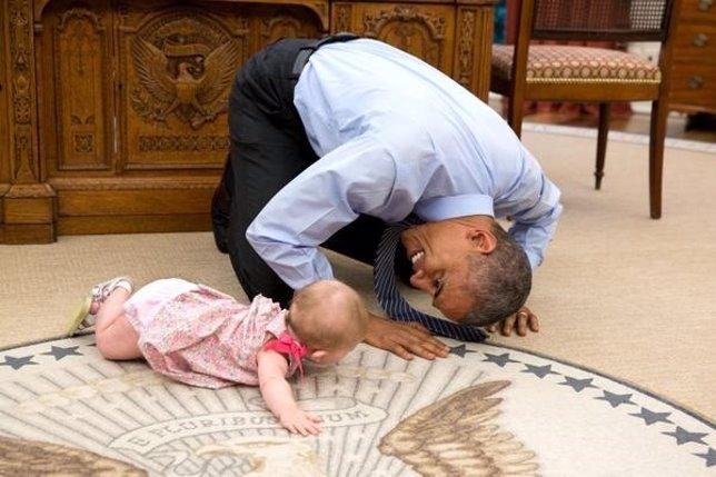 Barack Obama juega con un bebé