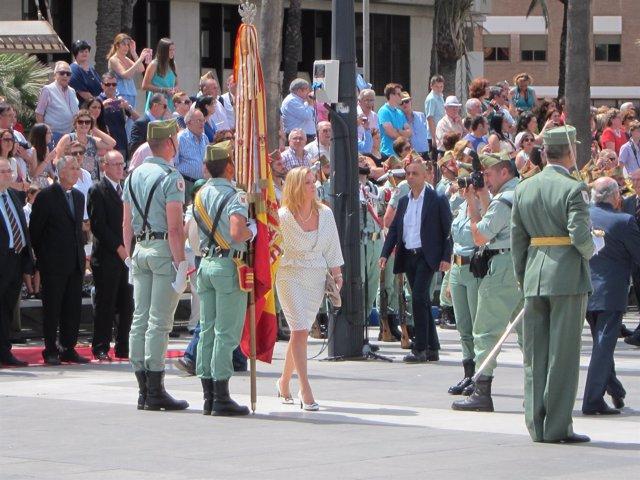 Una civil participa en la jura de bandera en el Día de las Fuerzas Armadas