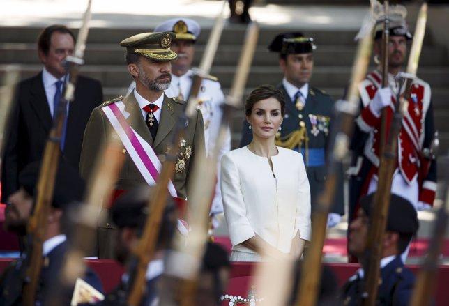 Los reyes Felipe VI y Letizia en el Desfile de las Fuerzas Armadas
