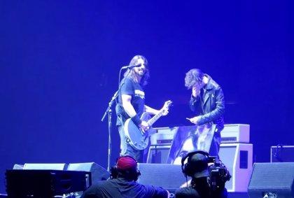 Vídeo: Un fan de Foo Fighters rompe a llorar cuando Dave Grohl le invita al escenario