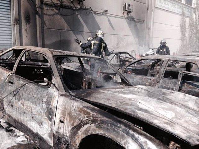Los bomberos terminan de apagar el fuego que ha calcinado 7 coches