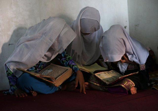Niñas afganas leyendo el Corán en una madrasa o escuela islámica