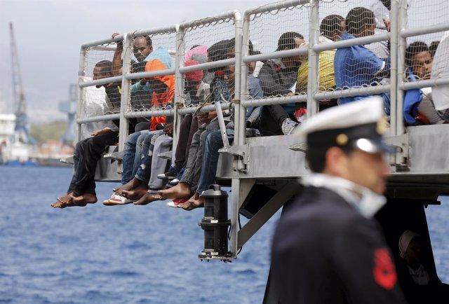 Inmigrantes esperan a desembarcar en Italia.