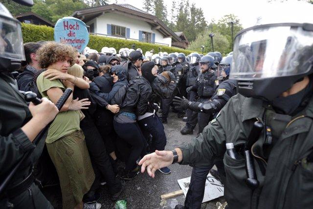 Manifestantes y policías antidisturbios en Alemania
