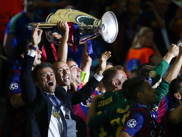 Xavi se despide del Barça con su 25º título y cuarta 'Champions'