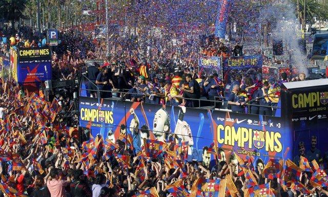 El FC Barcelona en la rúa de la celebración de la Liga