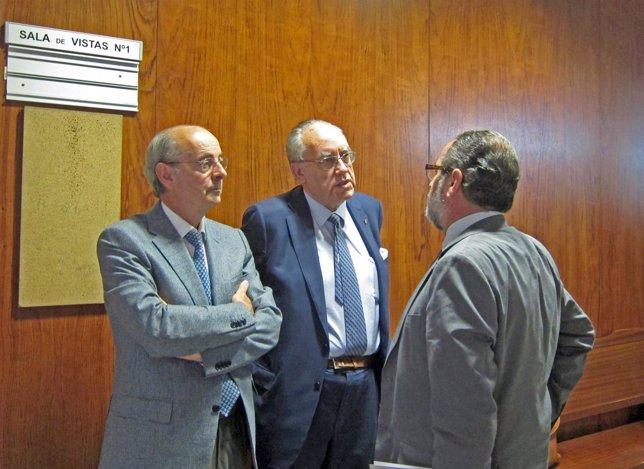 Samaniego (izda) junto a dos letrados antes de declarar ante la juez.