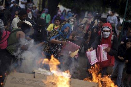 Padres de los 'normalistas' queman 14 mesas electorales en Tixtla, Guerrero
