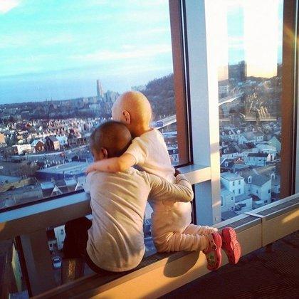 El tierno abrazo viral de estas dos niñas simboliza la lucha contra el cáncer
