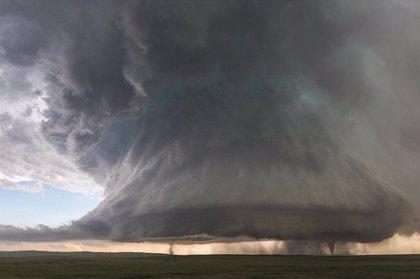Espectacular momento en que una supercélula parece desprender dos tornados