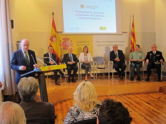 El ministro Jorge Fernández al presentar disfibriladores para comisarías
