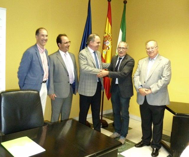 Farmacéuticos y expertos en salud pública firman convenio de colaboración