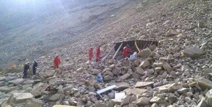 Continúa el rescate de pasajeros de microbús sepultado en Perú