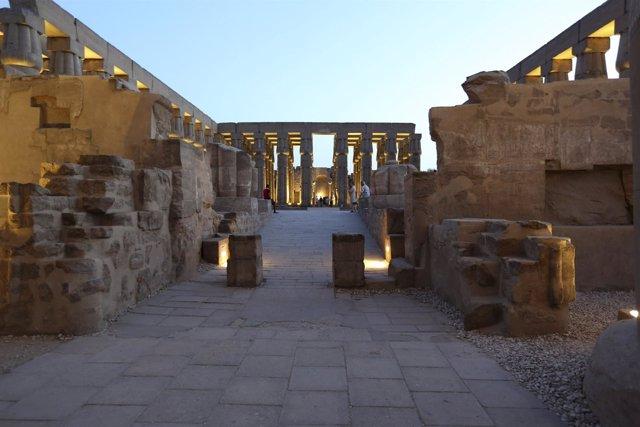Interiores del templo de luxor en Egipto