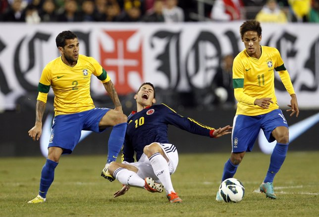 Dani Alves, Neymar y James Rodríguez en el Brasil - Colombia