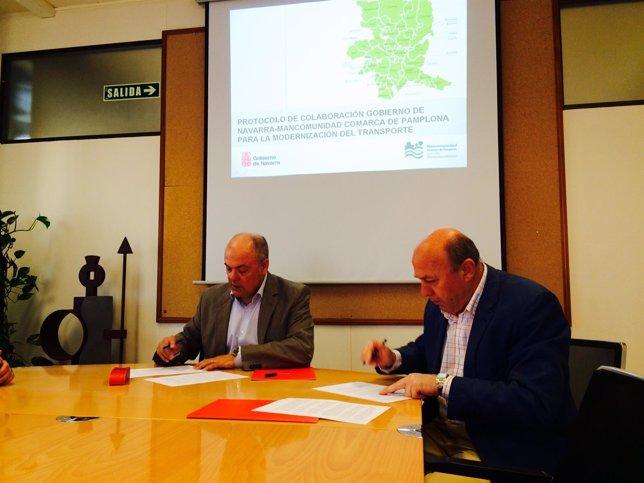 Luis Zarraluiqui y José Muñoz firman un protocolo.