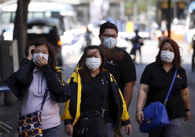 Personas llevan máscaras para protegerse del brote de MERS