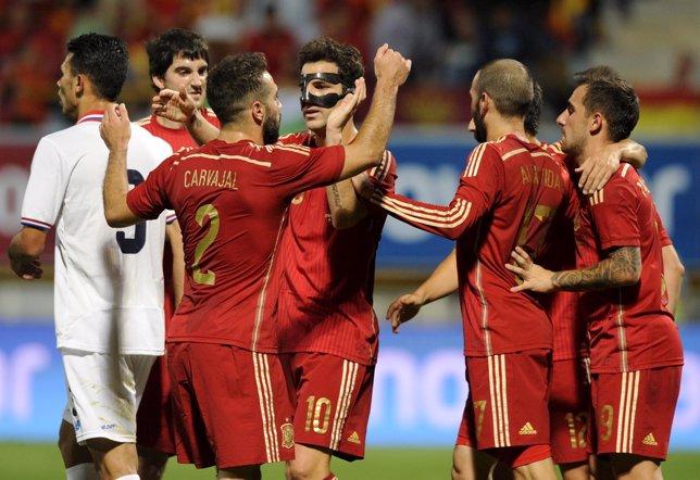 España vence a Costa Rica con goles de Cesc y Alcácer