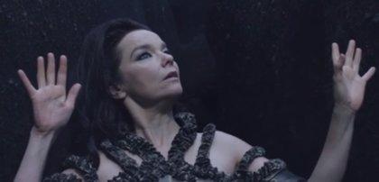 Björk presenta evocador clip de 10 minutos: Black Lake