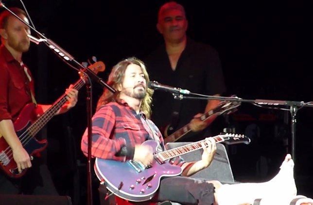 Dave Grohl (Foo Fighters) se rompe una pierna en pleno concierto y vuelve