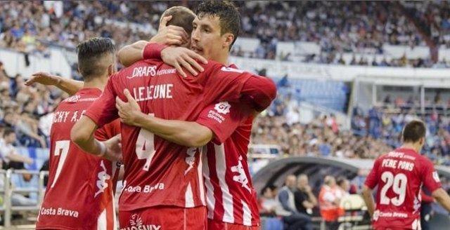 Sandaza y Lejeune se abrazan tras un gol del Girona
