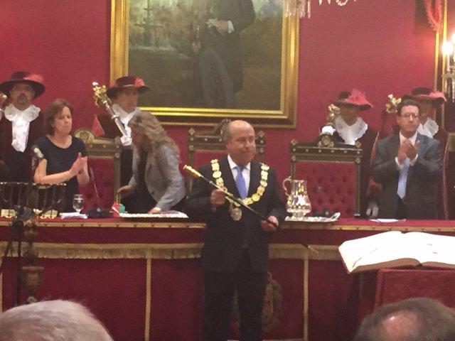 El alcalde de Granada, José Torres Hurtado, recibe el bastón de mando