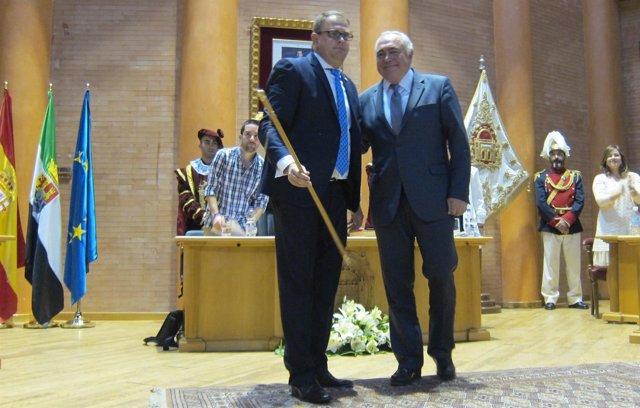 Antonio Rodríguez Osuna recibe el bastón de mando de manos de Pedro Acedo