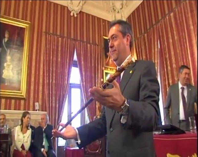 Juan Espadas sostiene el bastón de mando al proclamarse alcalde