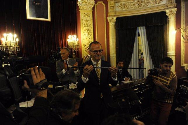 Jesús Vázquez con el bastón de mando de alcalde de Ourense