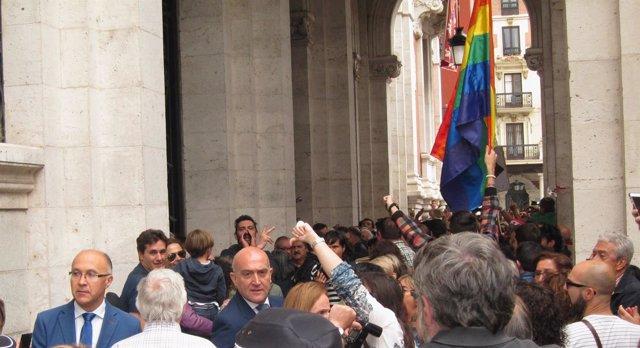Ruiz Medrano y Carnero, abucheados a la salida del Ayuntamiento de Valladolid