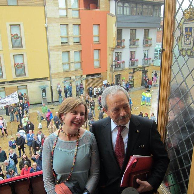 Ana Taboada y Wenceslao López en el balcón del Ayuntamiento de Oviedo