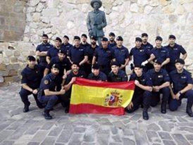 Guardias civiles ante estatua de Franco en Melilla