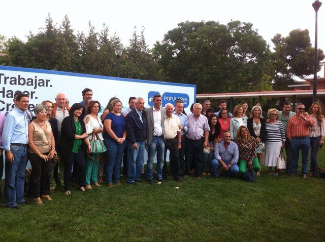 Javier Arenas y Juan Bueno con el equipo del PP de Pilas (Sevilla)