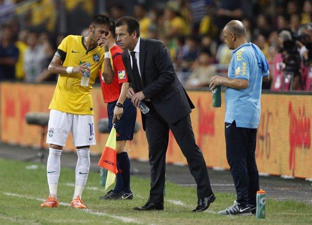 Neymar habla con Dunga durante un partido de la selección brasileña