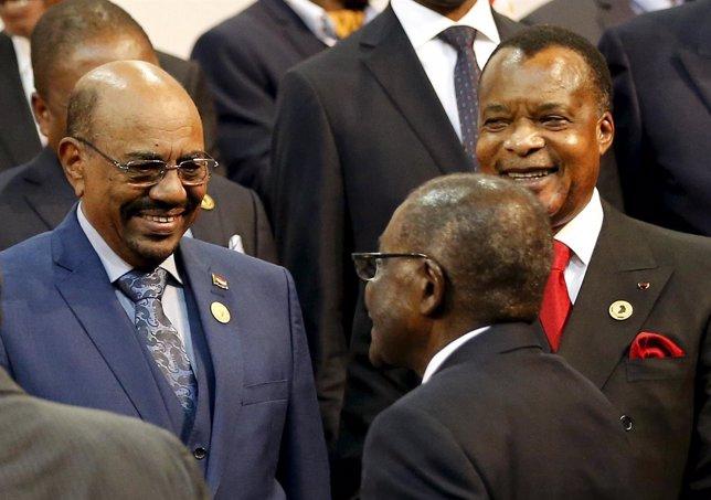Al Bashir (izquierda) acude a la cumbre de la UA (junio 2015)