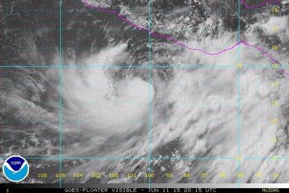 La tormenta 'Carlos' avanza en el Pacífico mexicano y amenaza con lluvias a varios estados