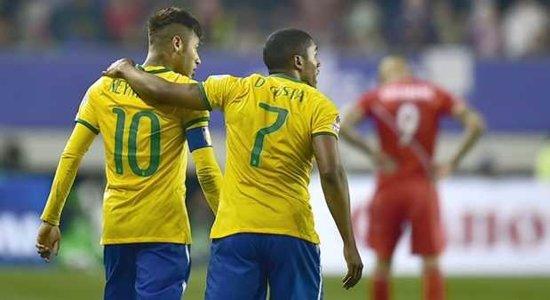 Neymar y Douglas Costa tras anotar el gol definitivo a Perú en la Copa América