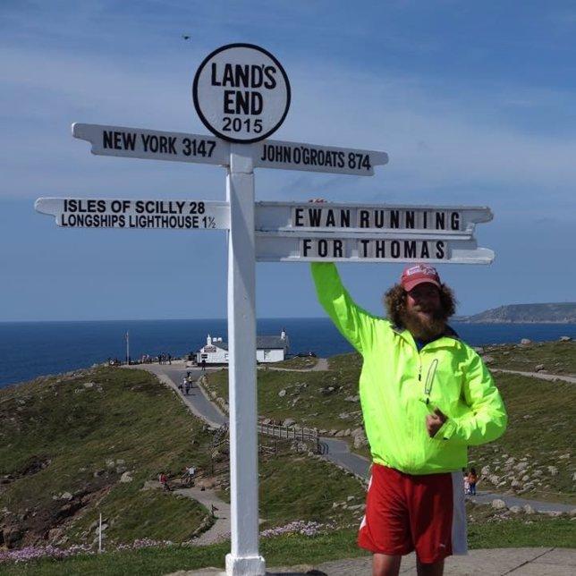 Ewan Gordon en Lands End tras correr más de 1.000 km