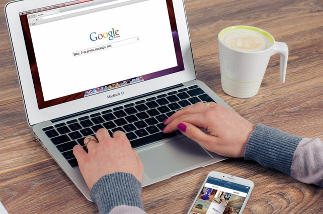 Buscador, Google, recurso de google, mujer usando el ordenador, Portátil.