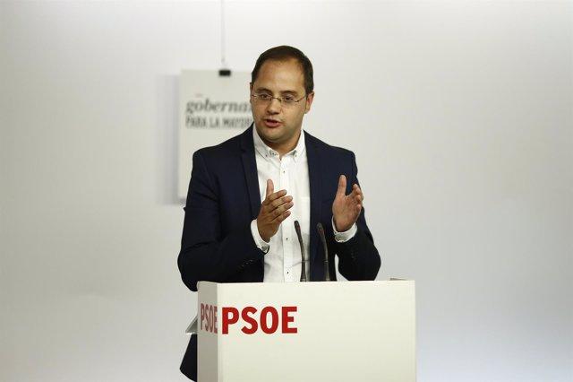 César Luena en la sede del PSOE