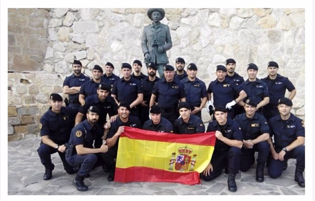 Guardias Civiles ante una estatua de Franco