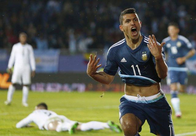 Sergio Agüero celebra un gol en la Copa América ante Uruguay