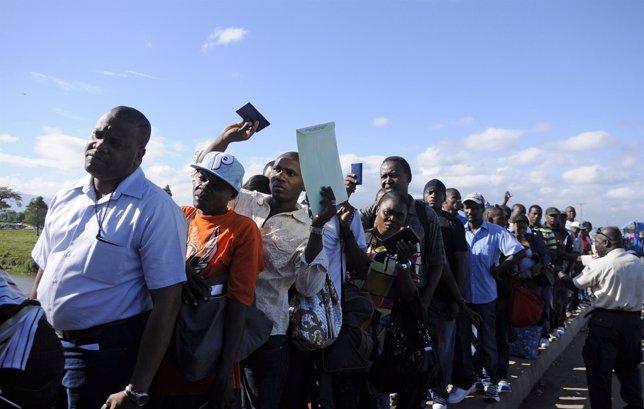 Inmigrantes haitianos esperando a entrar en República Dominicana