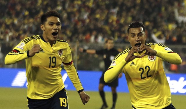Murillo celebra su gol ante Brasil junto a Teo Gutiérrez